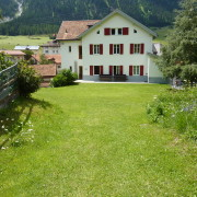 Jugendhaus Plazi Bergün – Grosse Terasse und Spielwiese hinter dem Haus (2/2)