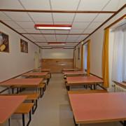 Essraum 2. Obergeschoss – Der Ess- und Aufenthaltsraum ist mit verschiebbaren Tischen und Bänken ausgestattet (1/3)