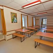 Essraum 2. Obergeschoss – Der Ess- und Aufenthaltsraum ist mit verschiebbaren Tischen und Bänken ausgestattet (2/3)