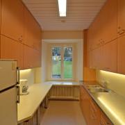 Küche 2. Obergeschoss – Die Küche ist mit 2 grossen Kühlschränken und einem grossen Gefrierschrank ausgerüstet.