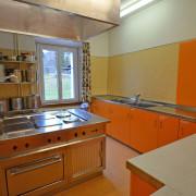 Küche 2. Obergeschoss – Im Kochbereich der Küche befindet sich 4 grosse und 2 normale Kochfelder, 1 Backofen 70x54cm, 1 grosser Wärmeschrank und 2 Abwaschbecken.
