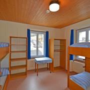 Schlafzimmer 3. Obergeschoss (Gruppenzimmer) – 6 Bettzimmer mit 3 Kleidergestellen und Tisch (1/2)