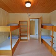 Schlafzimmer 3. Obergeschoss (Gruppenzimmer) – 6 Bettzimmer mit 3 Kleidergestellen und Tisch (2/2)