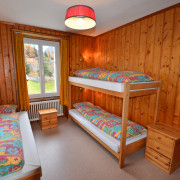 Schlafzimmer 3. Obergeschoss (Leiterzimmer) – 3 Bettzimmer mit Nachttischen und Nachttischbeleuchtung, Kleiderschrank.