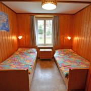 Schlafzimmer 3. Obergeschoss (Leiterzimmer) – 2 Bettzimmer mit Nachttischen und Nachttischbeleuchtung, Kleiderschrank.