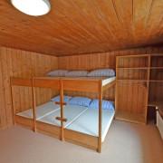 Schlafzimmer 4. Obergeschoss (Gruppenzimmer) – 8 Bettzimmer mit 4 Kleidergestellen (1/2)