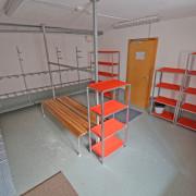 Schuhraum Erdgeschoss – Der Schuhraum ist mit umfangreichen Gestellen für Skis und Snowboard etc. ausgestattet.
