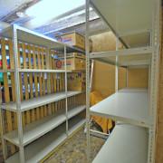 Keller Erdgeschoss – Abschliessbarer Kellerraum mit Gestellen für die Vorräte.