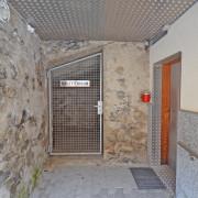 Schlittenraum Erdgeschoss aussen – Abschliessbarer Abstellraum für Schlitten, Gepäck etc. vor dem Eingang zum Schuhraum.