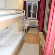 Schlafzimmer 1. Obergeschoss (Leiterzimmer) – 3 Bettzimmer mit Kleiderschrank, Nachttischbeleuchtung und 1 Nachttisch.