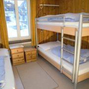 Schlafzimmer 3. Obergeschoss (Leiterzimmer) – 3 Bettzimmer mit Nachttischen und Nachttischbeleuchtung, Kleiderschrank (1/2)