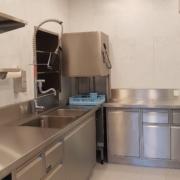Küche 2. Obergeschoss – Im Kochbereich der Küche befindet sich 4 grosse und 2 normale Kochfelder, 1 Backofen 70x54cm, 1 grosser Wärmeschrank, 2 Abwaschbecken und 1 Geschirrspülmaschine (3/3)