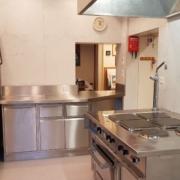 Küche 2. Obergeschoss – Im Kochbereich der Küche befindet sich 4 grosse und 2 normale Kochfelder, 1 Backofen 70x54cm, 1 grosser Wärmeschrank, 2 Abwaschbecken und 1 Geschirrspülmaschine (1/3)