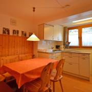 Essküche – Die Essküche verfügt über einen Glaskeramikherd, Umluftbackofen, Kühlschrank mit Gefrierfach und einen Esstisch für 6 Personen (1/3)