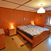 Schlafzimmer 1 – Schlafzimmer mit Doppelbett und bei Bedarf Kinderbett, Kleiderkasten, Nachttischbeleuchtung (1/2)
