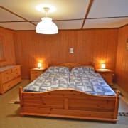 Schlafzimmer 1 – Schlafzimmer mit Doppelbett und bei Bedarf Kinderbett, Kleiderkasten, Nachttischbeleuchtung (2/2)