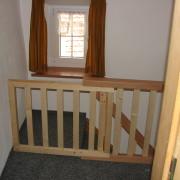 Kindersicherung der Treppe – Die Treppe ist im Obergeschoss mit einer ausziehbaren Kindersicherung ausgestattet.