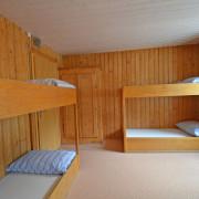 Schlafzimmer 3. Obergeschoss (Gruppenzimmer) – 8 Bettzimmer mit Kleiderkasten und 2 Kleidergestellen (1/2)
