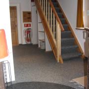 Eingangsbereich – Hell und freundlich gestalteter Eingangsbereich der Ferienwohnung. Im Untergeschoss steht ein abschliessbarer Abstellraum für Skis, Schlitten etc. zur Verfügung.