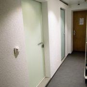 Korridor Erdgeschoss - Durchgang zwischen Treppenhaus und Schuhraum mit Eingängen zu den Duschen