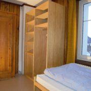 Schlafzimmer 3. Obergeschoss (Leiterzimmer) – 3 Bettzimmer mit Nachttischen und Nachttischbeleuchtung, Kleiderschrank (2/2)