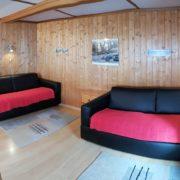 Wohnzimmer – Das gemütliche Wohnzimmer ist mit einem grossem Esstisch, zwei Klappsofas, Fernseher mit Satellitenempfang und Telefon ausgestattet. Auf Wunsch ist Internetzugang per LAN/WLAN Anschluss verfügbar (3/3)