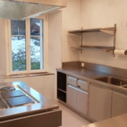 Küche 2. Obergeschoss – Im Kochbereich der Küche befindet sich 4 grosse und 2 normale Kochfelder, 1 Backofen 70x54cm, 1 grosser Wärmeschrank, 2 Abwaschbecken und 1 Geschirrspülmaschine (2/3)
